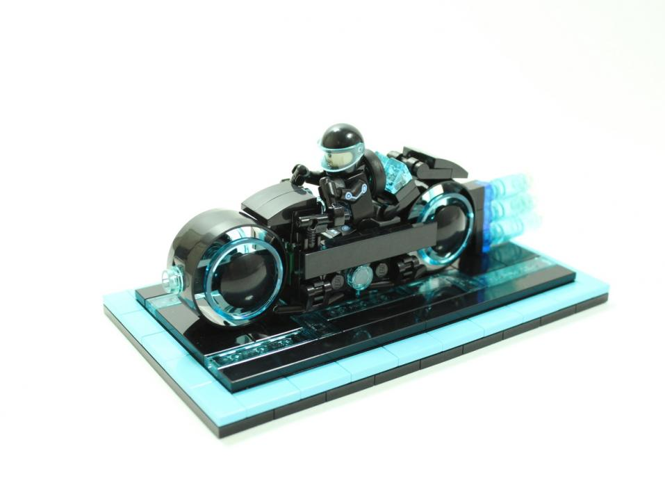 Lego Tron Light Cycle ja Sam Flynn.