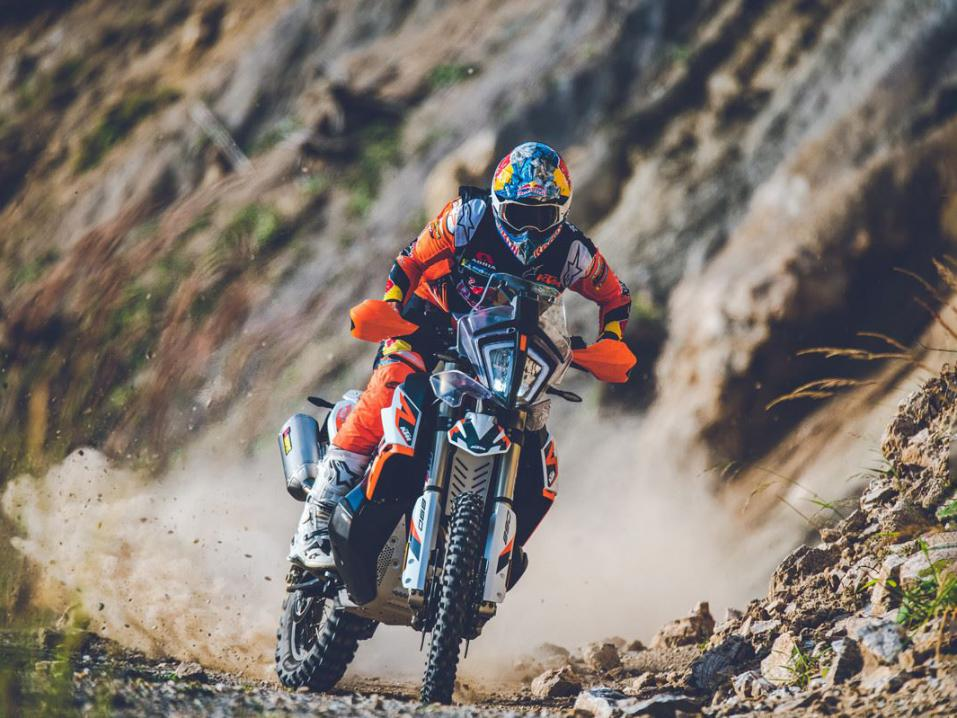 KTM 890 Adventure R Rally. Puikoissa Sam Sunderland.