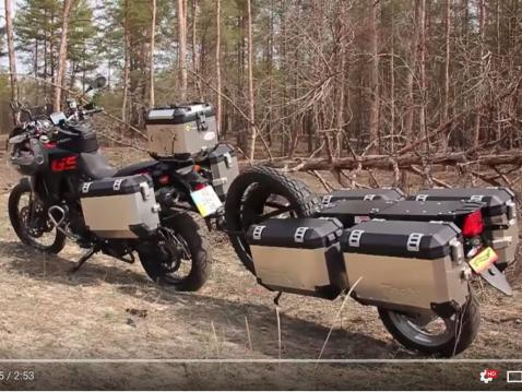 BMW GS 800 ja C-Way offroad-traileri.
