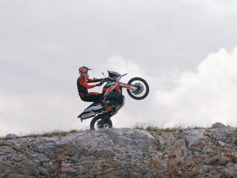 Chris Birch ja KTM 790 Adventure R Rally vauhdissa.